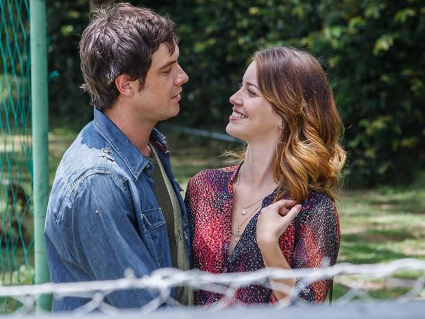 Como Laura e Caíque, os atores protagonizaram cenas de romance (Foto: Artur Meninea/ Gshow)