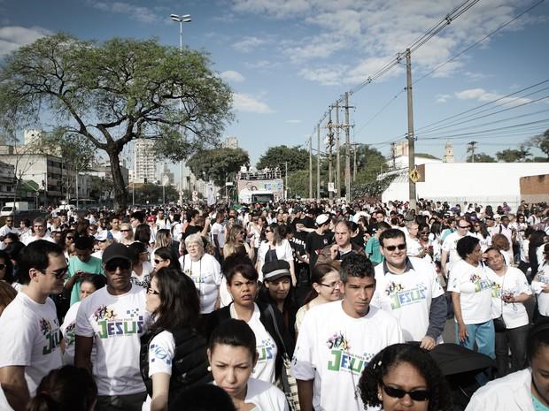Milhares de pessoas se reúnem para início da caminhada  (Foto: Caio Kenji/G1)