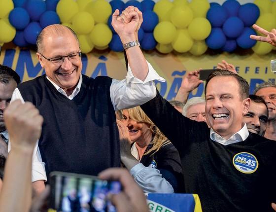 Alckmin comemora com Doria o resultado da eleição em São Paulo (Foto: Levi Bianco / Brazil Photo Press / Agência O Globo)