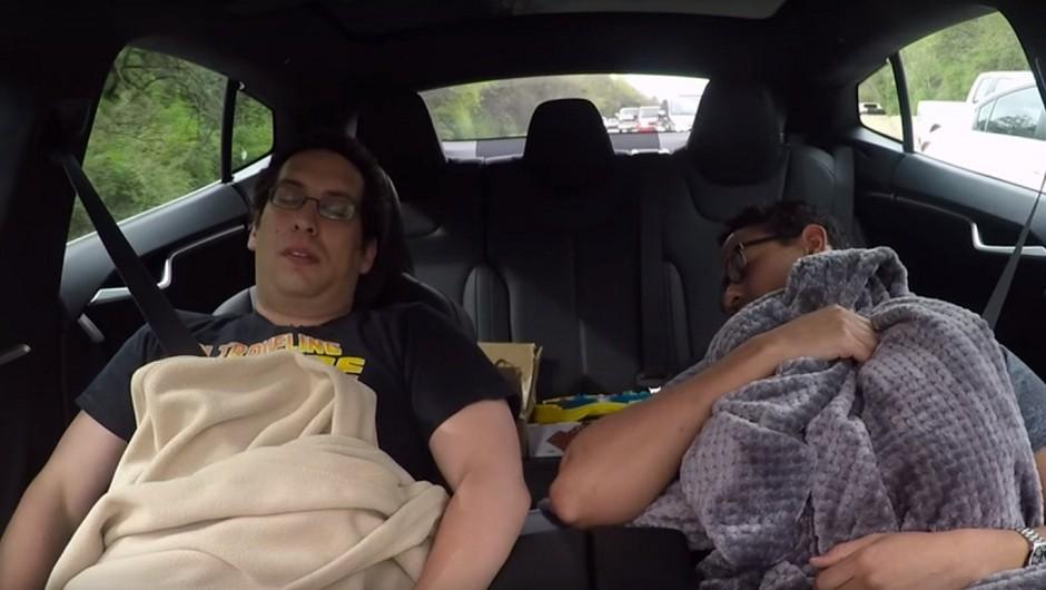 Dois jovens dormindo enquanto o piloto automático do Tesla Model S dirige na estrada (Foto: Reprodução/Youtube)