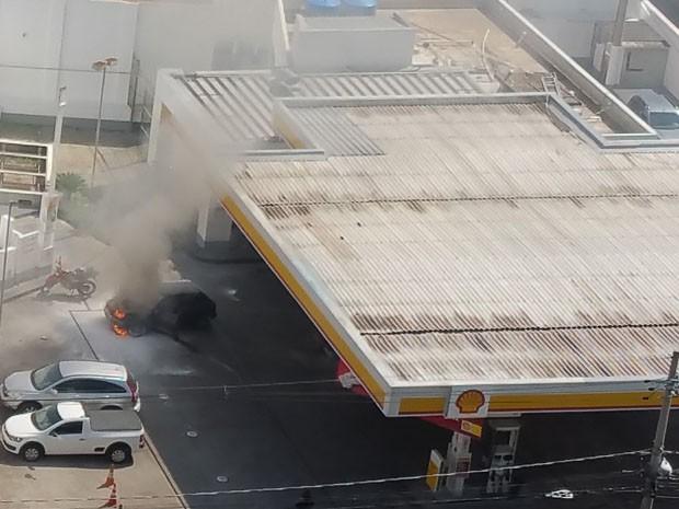 Carro pegou fogo dentro do posto de combustíveis em Campinas (Foto: Daniella Sousa Campos / VC no G1)