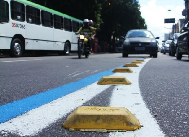 Multa para carros de passeio que dirigirem no corredor é de R$85,13, além da perda de quatro pontos na carteira de motorista (Foto: Divulgação/Semcom)