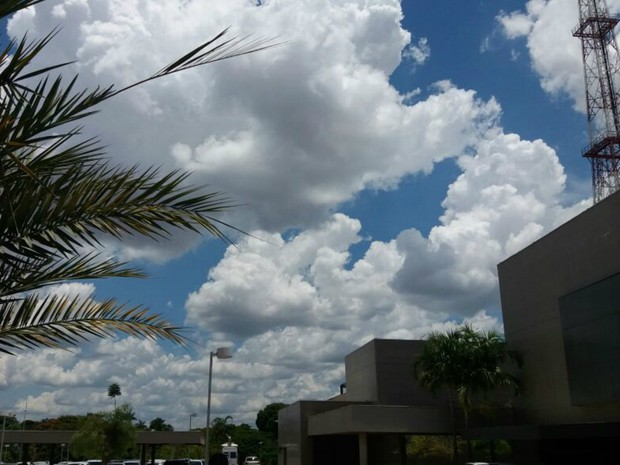 Tarde ficou ensolarada em Campo Grande nesta quinta-feira (9) (Foto: Nathália Rabelo/ G1 MS)