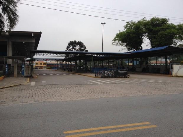 Terminal de Araucária amanheceu vazio na manhã desta segunda-feira (24)  (Foto: Andressa Almeida / RPC)