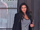 Grávida, Kim Kardashian usa vestido listrado que ressalta suas curvas