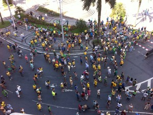 Grupo permaneceu no entorno da Praça da Independência (Foto: Renan Fiuza / TV Tribuna)