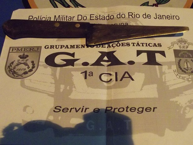 PM também apreendeu a faca usada para ameaçar a criança em Itaperuna (Foto: Renato Freitas/Blog Adilson Ribeiro)