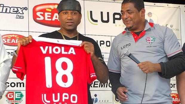 Viola sendo apresentado no Grêmio Osasco pelo Vampeta (Foto: Renato Silvestre / Ag. Estado)