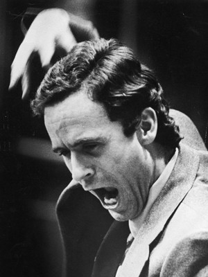 Ted Bundy durante sua autodefesa, no Tribunal (Foto: Getty Images)