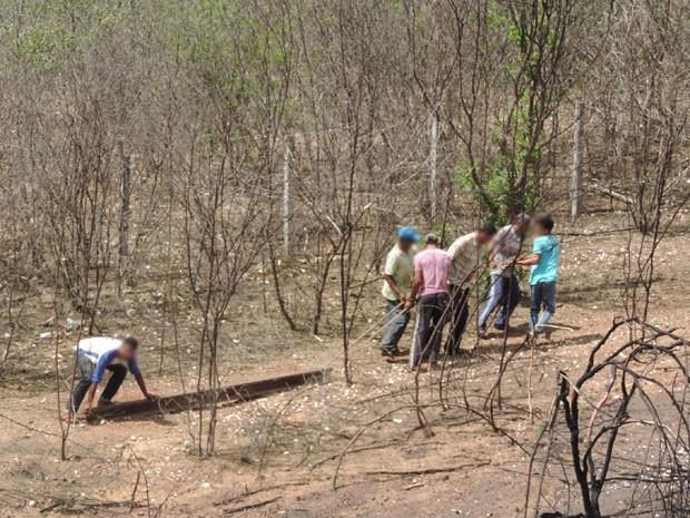 Trilho é arrastado por grupo de homens próximo a divisa com o Ceará (Foto: Katherine Coutinho/G1)