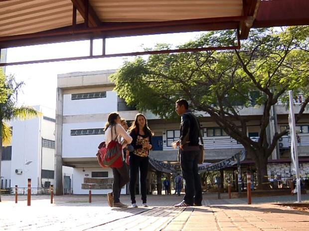 Universitários conversam no Ciclo Básico da Unicamp (Foto: Reprodução EPTV)