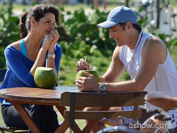 Verônica convida Cadu para dividir apartamento (Foto: Raphael Dias/ TV Globo)