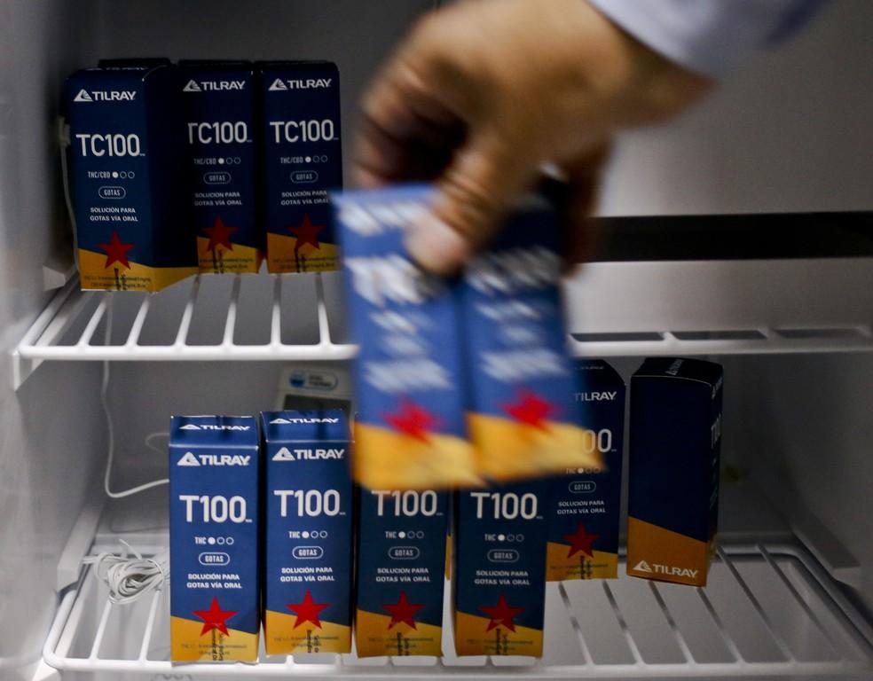 Farmaceutico mostra medicamentos a base de maconha T100 nesta quarta-feira (10) em Santiago, no Chile (Foto: AP Foto/Esteban Félix)