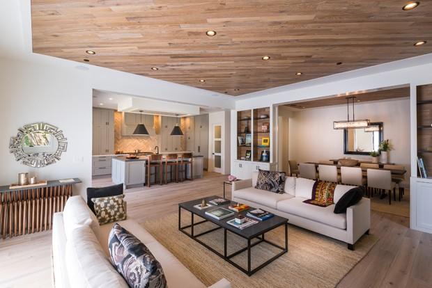 Casa em Los Angeles tem madeira até no teto (Foto: Todd Goodman, LA Light Photography/Divulgação)