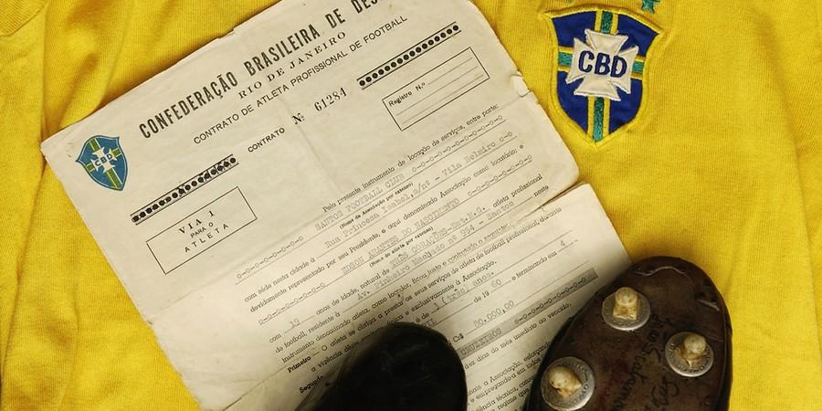 Contrato original de 1960, camisa da Seleção Brasileira e chuteiras que Pelé usou para fazer gol número mil (Foto: Getty Images)