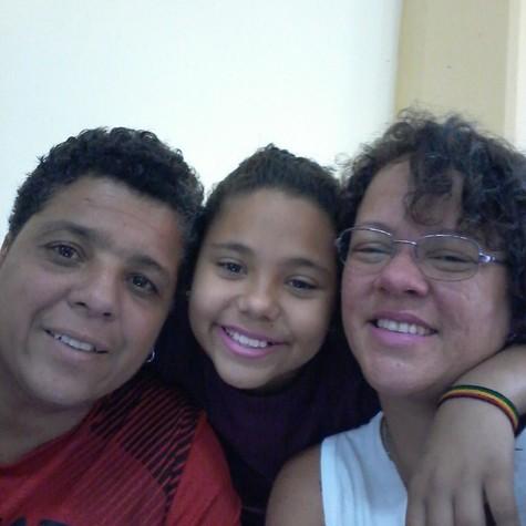 Kátia Moura (de branco), com a filha, Ana Beatriz, e com a companheira, Adriana (Foto: Arquivo pessoal)