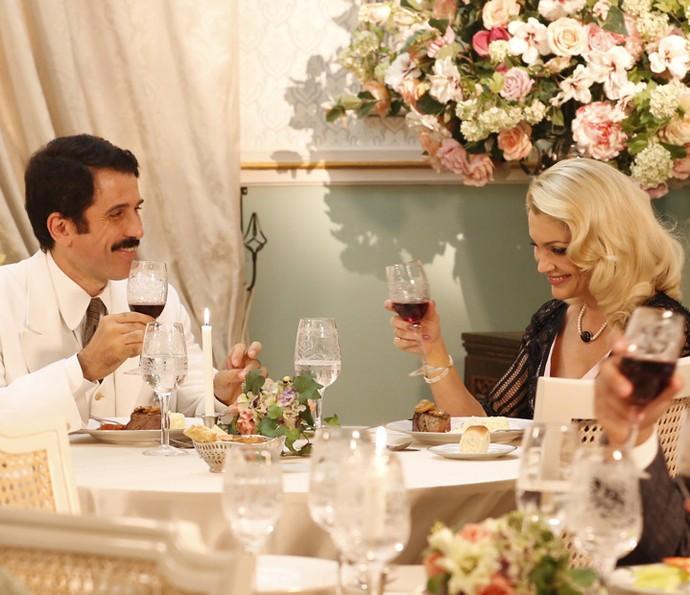 Ernesto e Sandra planejam ir juntos ao Salão de Belas Artes (Foto: Ellen Soares / Gshow)