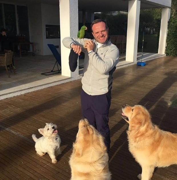 Rubens Barrichello com cães e maritaca na varanda de casa (Foto: Reprodução/Instagram)