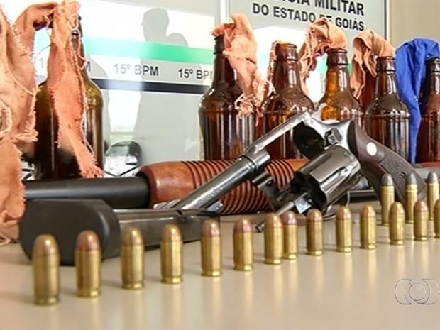 Polícia apreendeu coqueteis molotov com grupo suspeito de ataques em Jataí, Goiás (Foto: Reprodução/TV Anhanguera)