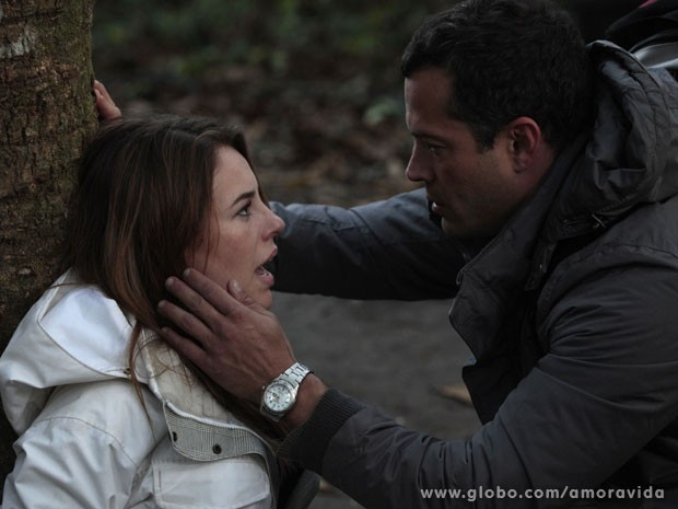 Paloma avisa que se correrem, eles conseguem alcançar Ninho (Foto: Amor à Vida/ TV Globo)