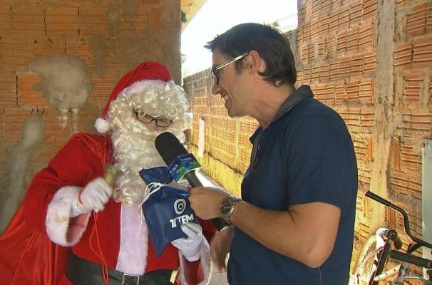 Marcos Paiva descobre como o papai noel realiza os desejos das cartinhas de Natal (Foto: Reprodução / TV TEM)