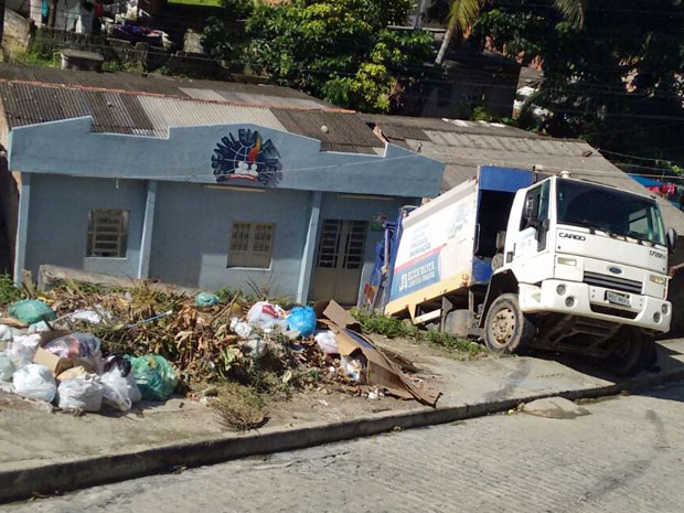 Caminhão, carregado de lixo, ficou suspenso em declive quando passava pela Rua Pessegueiro, no início da manhã desta terça (Foto: Reprodução / WhatsApp)