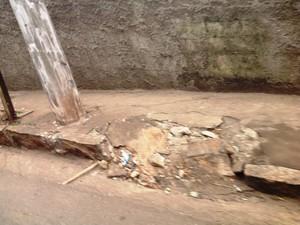 No Bairro São Luís, calçada quebrada é desafio para cadeirantes (Foto: Ricardo Welbert/G1)