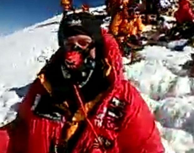 Explorador britânico Daniel Hughes se comunicou neste domingo com um apresentador nos estúdios da BBC (Foto: BBC)