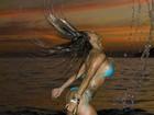 De biquíni, ex-BBB Lia Khey faz pose para calendário