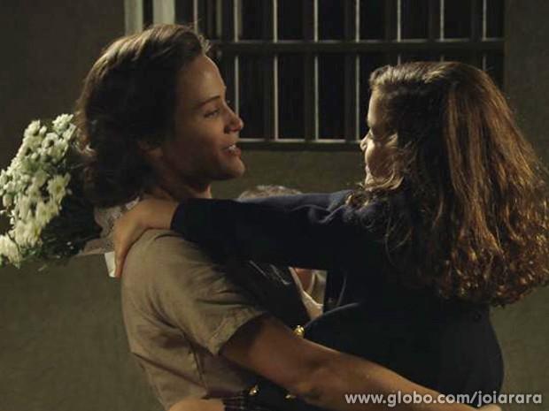Muita emoção em mais um encontro entre mãe e filha (Foto: Joia Rara/TV Globo)