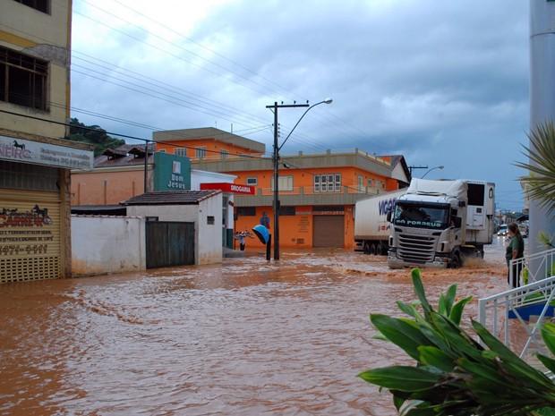 Ruas de pelo menos quatro bairros ficam alagadas em Santa Rita do Sapucaí (Foto: Giácomo Constanti / Vale Independente)