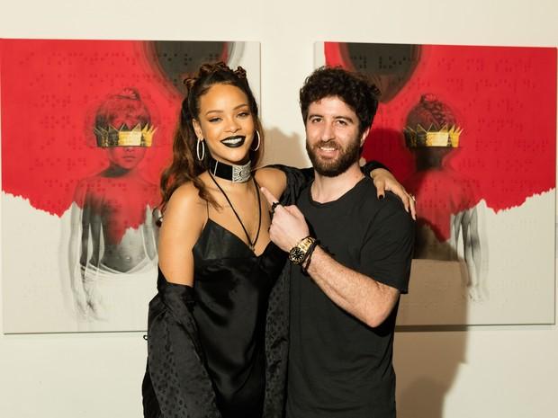 Rihanna apresenta a capa de seu novo álbum ao lado do artista Roy Nachum em Los Angeles, nos Estados Unidos (Foto: Christopher Polk/ Getty Images/ AFP)