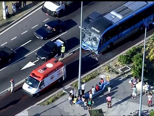 Ônibus ficou com a frente destruída após a colisão (Foto: Reprodução/TV Globo)