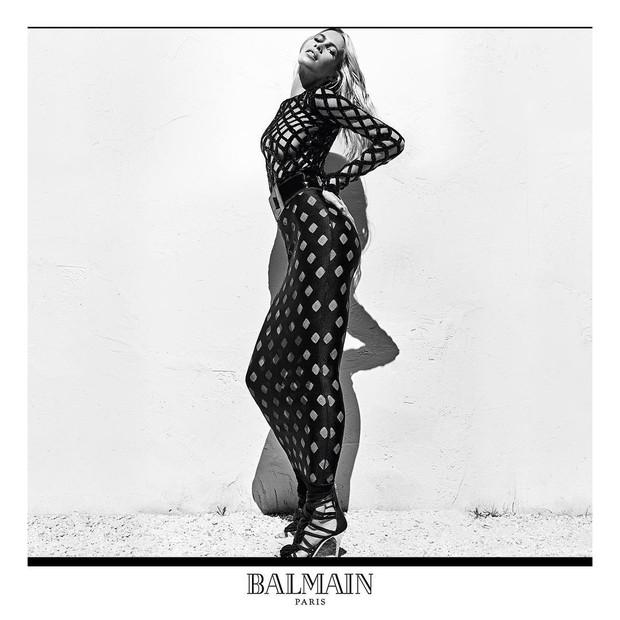 Claudia Schiffer na campanha de primavera-verão 2016 da Balmain Paris (Foto: Reprodução / Instagram)