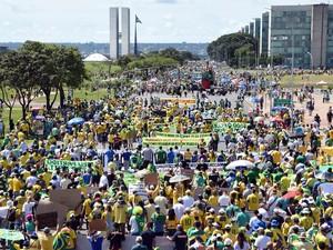 Manifestação reúne milhares de pessoas caminhando na direção do Congresso Nacional, na Esplanada dos Ministérios, em Brasília (Foto: Evaristo Sá/AFP)