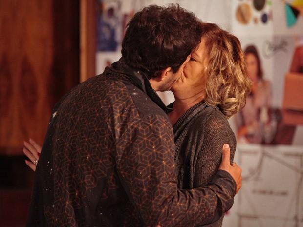 Zenon tasca um beijo em Charlô (Foto: Guerra dos Sexos / TV Globo)