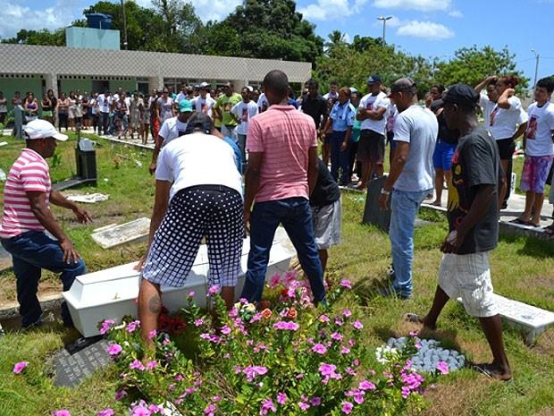 Menino de sete ano doi sepultado no cemitério Jardim da Eternidade (Foto: Everaldo Lins / Visão Diária)