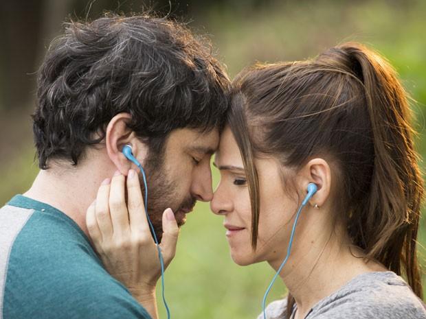 Caco Ciocler e Ingrid Guimarães em cena da comédia romântica 'Um namorado para minha mulher' (Foto: Divulgação)