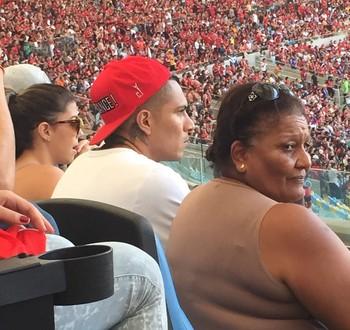 Guerrero assiste ao jogo ao lado da mãe e da namorada (Foto: Amanda Tozzini)