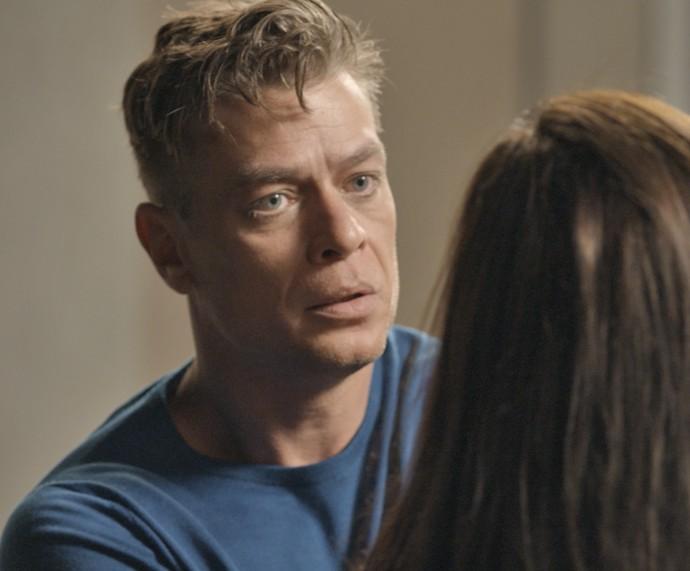 Arthur fica chocado ao saber que Carolina descobriu a verdade sobre a vasectomia (Foto: TV Globo)