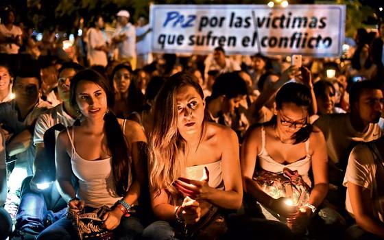 Manifestantes acendem velas durante uma marcha pela paz em Cali, Colômbia, em 05 de outubro de 2016 (Foto: LUIS ROBAYO/AFP)