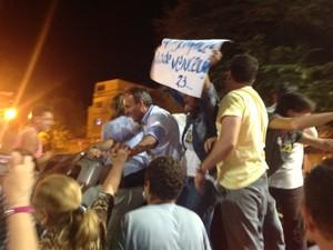 Jorge Babo chega para comemorar vitória no Centro (Foto: Ana Cláudia Gonçalves/G1)