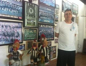 Roberto além de dono do bar Galo Doido é torcedor fanático do Atlético. (Foto: Patrícia Belo /globoesporte.com)