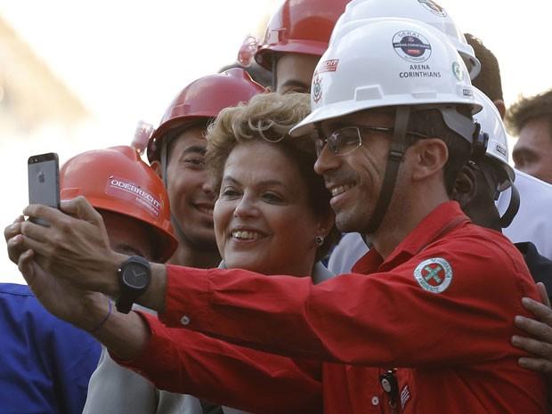 A presidente Dilma Rousseff faz selfie com operário da Arena Corinthians no dia 8 de maio (Foto: Nacho Doce/Reuters)