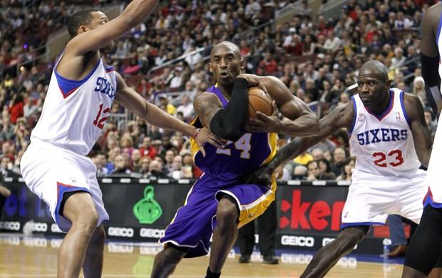 Kobe Bryant se desdobrou para garantir a vitória do Lakers (Foto: Reuters)