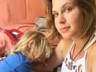 Carolinie Figueiredo posa com os filhos e desabafa: 'Maternidade exaustão'