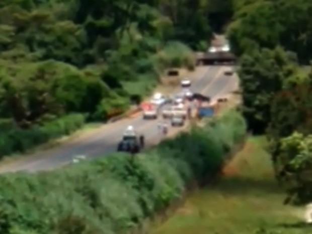 Erosão compromete ponte e causa interdição de GO-060 em Nazário Goiás (Foto: Reprodução/ TV Anhanguera)
