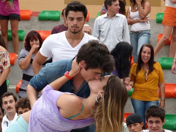 Bruno só observa o beijo de Fatinha e Vitor. Será que rola ciúmes? (Foto: Malhação / Tv Globo)