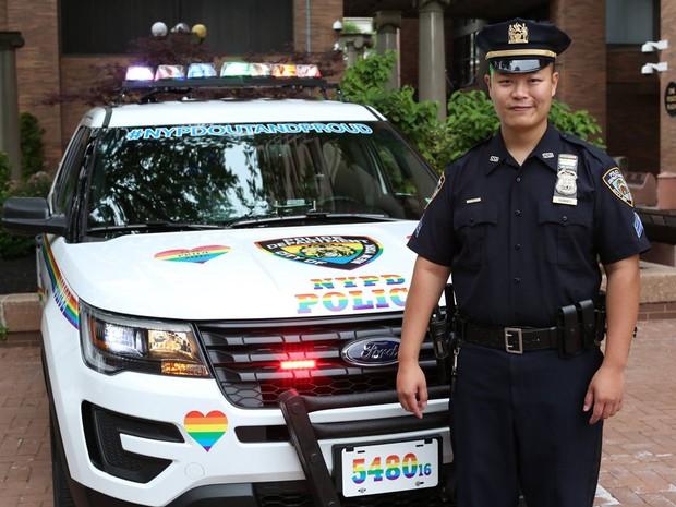 Policial ao lado de veículo com cores do arco-íris que vai patrulhar Parada Gay de Nova York (Foto: Reprodução/Facebook/NYPD)