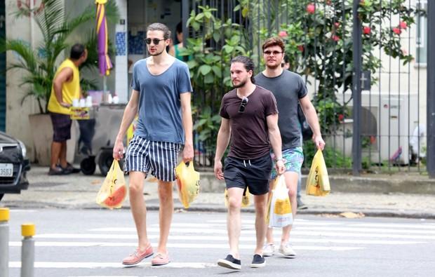 Kit Harington em Ipanema, no Rio (Foto: Gabriel Reis e André Freitas /Agnews)